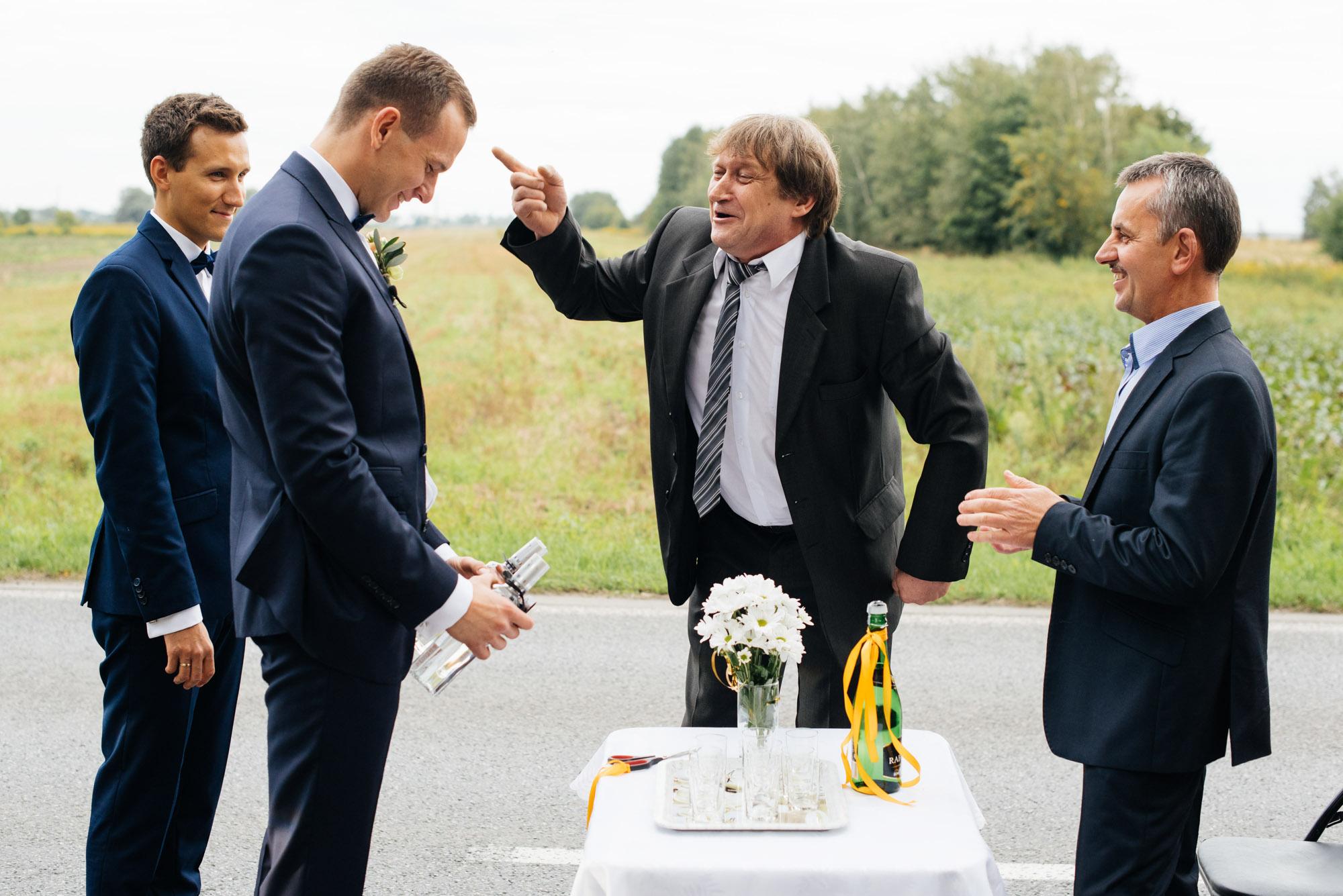White balance fotografia ślubna_Wiejskie zwyczaje weselne_bramki na wsi_ślub na wsi